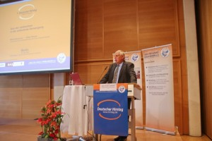 Staatssekretär Karl-Josef Laumann spricht zu den Teilnehmern